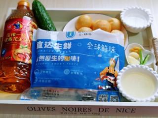 好吃到舔盘子的~金牌虾仁炒面筋,准备食材,我就地取材用了阿根廷红虾仁,油面筋用筷子扎个眼,温水冲洗两遍。
