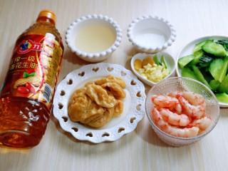 好吃到舔盘子的~金牌虾仁炒面筋,葱姜蒜去皮切碎,准备工作完成。
