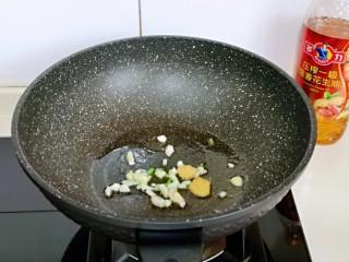 好吃到舔盘子的~金牌虾仁炒面筋,锅中留底油,放入切好的葱姜蒜煸炒。
