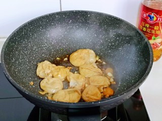 好吃到舔盘子的~金牌虾仁炒面筋,加入焯水的油面筋。