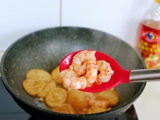 好吃到舔盘子的~金牌虾仁炒面筋,加入白砂糖,汤汁慢慢被油面筋吸收,加入虾仁,翻炒。