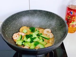 好吃到舔盘子的~金牌虾仁炒面筋,再加入切好的黄瓜,按个人口味加入盐翻炒均匀。