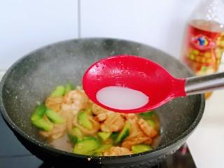 好吃到舔盘子的~金牌虾仁炒面筋,淋上水淀粉,勾芡,汤汁浓稠关火。