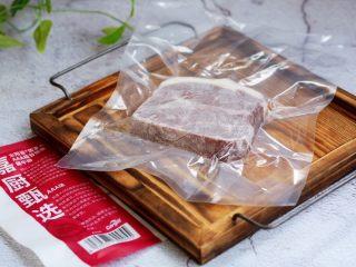 红酒黑胡椒牛排,将板腱牛排放在冷藏室里或室内自然解冻。
