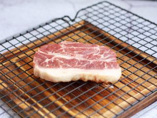 红酒黑胡椒牛排,解冻后,用厨房用纸吸干板腱牛排多余的水分。