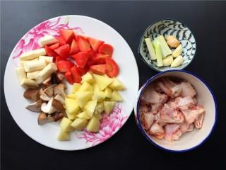 四宝烧鸡翅,将各种配菜切好。