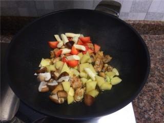 四宝烧鸡翅,放入香菇、土豆、胡萝卜和山药翻炒30秒。