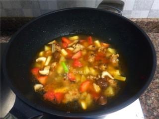 四宝烧鸡翅,倒入两倍菜份量的清水大火煮开。