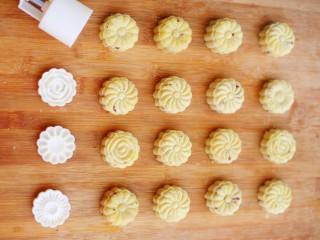 香甜细腻的奶香蔓越莓绿豆糕,将蔓越莓绿豆泥,按照35克一个的分量分别团成圆球放入月饼磨具中,做几个后再换别的花片。