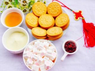 外脆里软的牛轧糖饼,🍒制作材料🍒:棉花糖100克、芝麻油35克、澳优能立多G4奶粉40克、蔓越莓15克、早餐饼干1包。