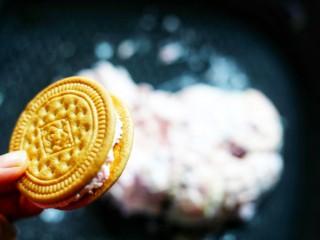 外脆里软的牛轧糖饼,饼干趁热夹心,盖好另一半饼干轻轻一压,等待十分钟,牛轧夹心变硬。