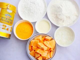 口感超赞的黄金红薯球,制作材料:红薯500g、澳优能立多G4奶粉20g、糯米粉100g、面粉100g、白糖20g、面包糠30g。