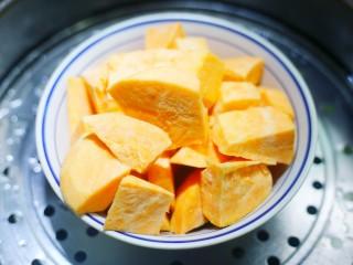 口感超赞的黄金红薯球,红薯去皮洗干净切块蒸熟。