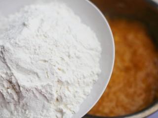 口感超赞的黄金红薯球,少量多次加入面粉。