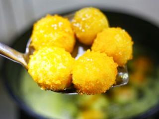 口感超赞的黄金红薯球,锅中油温至六成热,将红薯球轻轻放进锅中小火炸至金黄。