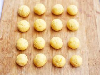 口感超赞的黄金红薯球,红薯泥搓圆成大小均等的圆球。
