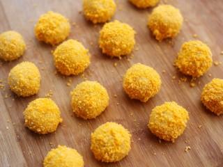口感超赞的黄金红薯球,表面均匀裹上一层面包糠。