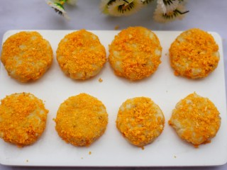 香酥绿豆饼,每一个小饼表面裹上面包糠,将面包糠往里按一按。