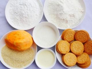 软糯香甜的红薯夹心饼,制作材料:红薯500g、澳优能立多G4奶粉20g、糯米粉100g、面粉100g、白糖20g、面包糠30g、饼干200g、白芝麻20g。