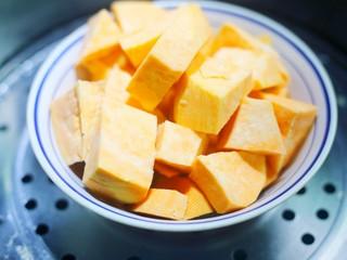 软糯香甜的红薯夹心饼,红薯洗净,削皮,切块蒸熟。