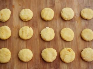 软糯香甜的红薯夹心饼,压扁。