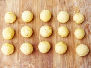 软糯香甜的红薯夹心饼,再将面团分成大小均等的小剂子,揉成圆球。