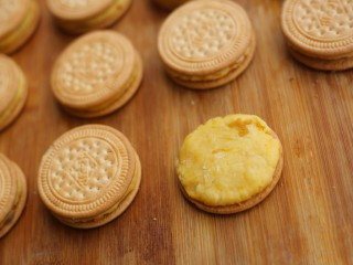 软糯香甜的红薯夹心饼,取一块小圆饼放在饼干上压一压。