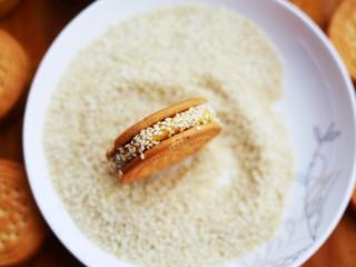 软糯香甜的红薯夹心饼,再在饼干边缘滚一层芝麻。