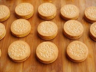 软糯香甜的红薯夹心饼,再用一块饼干盖上,轻轻压一压,感觉不够粘的话,可以在表面涂点水在贴上去。