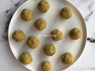 桑葚汁雪蜜红薯小面包,等待期间将红薯馅料分成12份,每份30g。