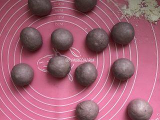 桑葚汁雪蜜红薯小面包,将面团倒出,分割成12份,每份约30g。滚圆,双手进行每次滚圆两个小面团。盖保鲜膜静置15分钟。