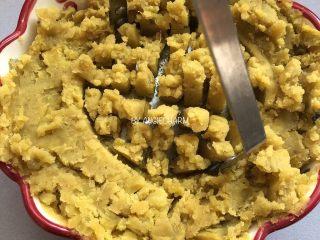 桑葚汁雪蜜红薯小面包,红薯蒸熟去皮压成泥,加雪蜜20g拌匀。一边尝尝,甜度适中就可以。静置或冷藏备用。