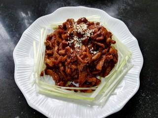 #猪里脊#京酱肉丝,装盘放上熟的白芝麻,周围和底下铺上一层葱丝