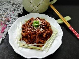 #猪里脊#京酱肉丝,顶上放上葱丝卷点缀拍上成品图,一盘咸甜适中酱香浓郁的京酱肉丝就完成了