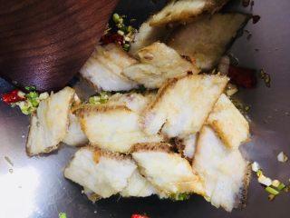 红烧带鱼,放入炸好的带鱼