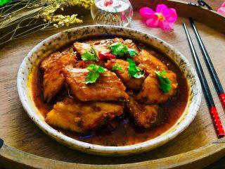 红烧带鱼,撒上香菜叶,红烧带鱼完成,即可享用。