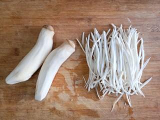 鱼香杏鲍菇,杏鲍菇洗净切丝。(不需要切的太细)