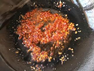 鱼香杏鲍菇,继续翻炒均匀,直至炒出红油和剁椒的香味。我用的剁椒酱是自己做的。(家里没有剁椒酱的用郫县红油豆瓣酱代替吧,这个酱很咸,加盐的时候要谨慎。)