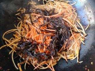 鱼香杏鲍菇,然后加入胡萝卜丝和木耳丝翻炒。