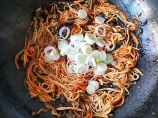 鱼香杏鲍菇,翻炒均匀后加入葱段。切记葱段一定要在起锅前加,不要加早了,会影响整个菜的味道。