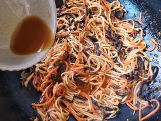 鱼香杏鲍菇,待胡萝卜丝和木耳丝炒熟时加入调好的汁。(切记鱼香汁中的淀粉不要放多了,要不炒出来的菜容易结块,宁少勿多!)