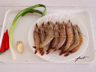 补钙又抗衰老的辣爆海虾,首先备齐所有的食材。