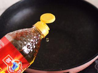 补钙又抗衰老的辣爆海虾,锅烧热后倒入多力花生油。