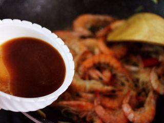 补钙又抗衰老的辣爆海虾,倒入提前调制好的调料汁。