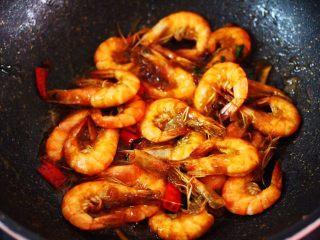 补钙又抗衰老的辣爆海虾,大火翻炒至汤汁浓稠时,即可关火。