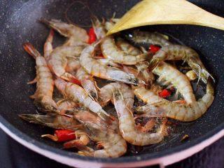 补钙又抗衰老的辣爆海虾,放入提前洗净后沥干水分的海虾。