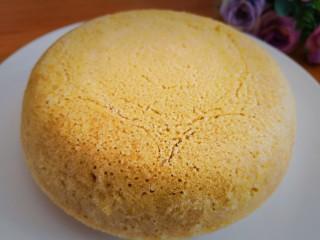 健康美味之蒸荞糕,5分钟后,将小盆取出,将荞糕反扣在盘中