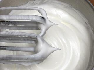 魔法蛋糕,蛋白中加入柠檬汁,细砂糖分三次加入,将蛋白打发至蛋头上出现直立的小尖峰,蛋白操作可以看我蛋糕的菜谱。