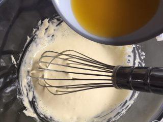 魔法蛋糕,黄油放微波炉叮40秒,黄油完全融化,分几次加入,每次搅拌均匀后再加。
