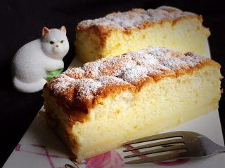 魔法蛋糕,冷却后脱模,切开看有三层,底部是布丁层,中间是奶黄层,上层是海绵蛋糕。